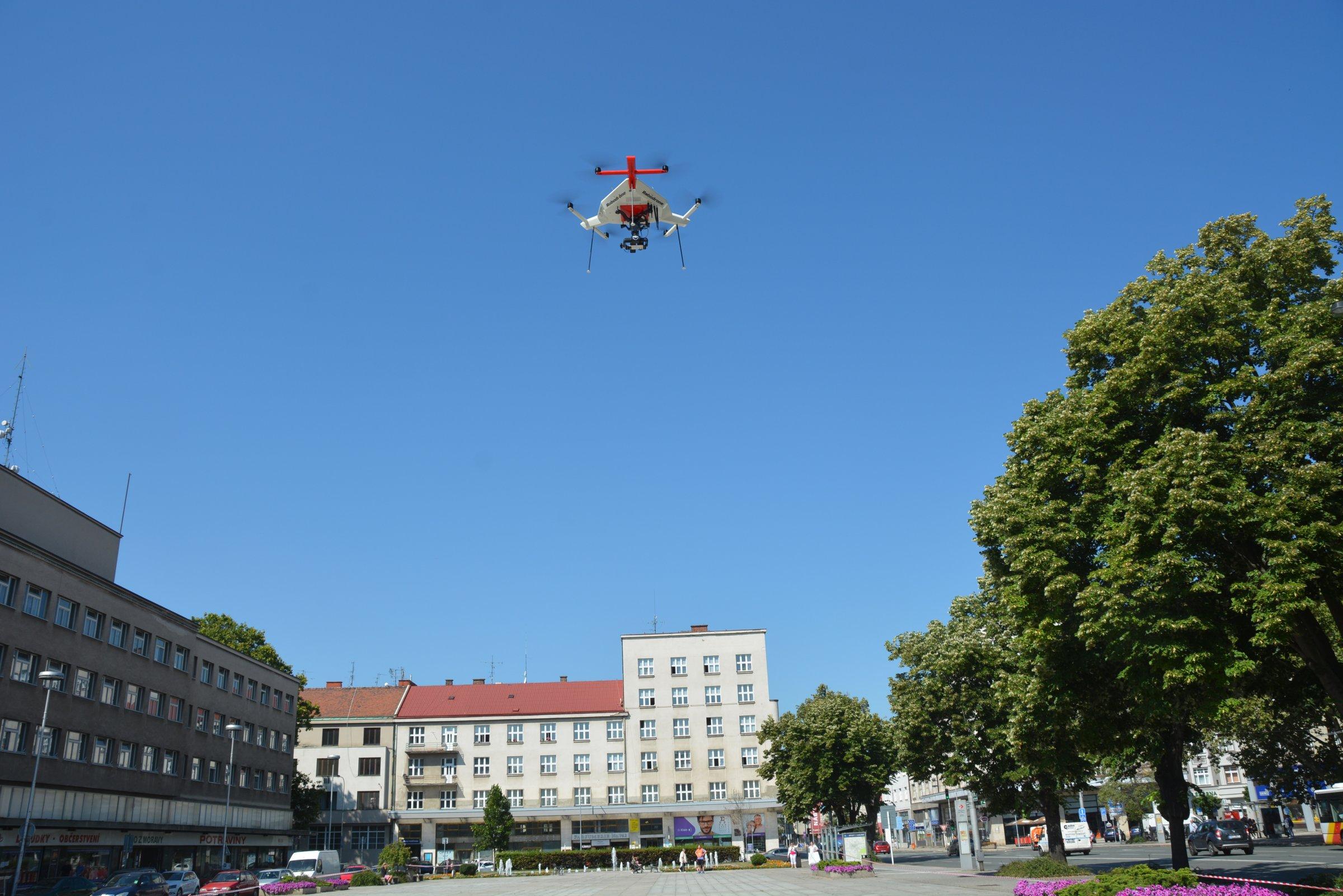 DRON VYNESL TERMOKAMERU NAD TŘI HRADECKÁ NÁMĚSTÍ